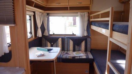 Stapelbed met zitje huur caravan op camping Lacanal